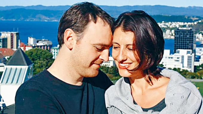 紐西蘭女子西爾斯及丈夫維克斯是推動該國安樂死合法化的重要活動家,她不幸在二○一五年死於腦腫瘤。
