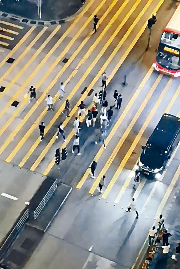 二十名南亞漢在彌敦道毆鬥,場面混亂。