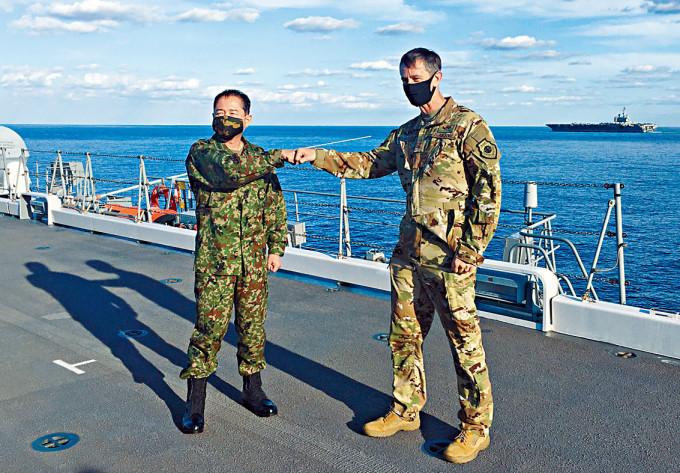 施耐德(右)與山崎幸二周一在日艦擊拳合照。