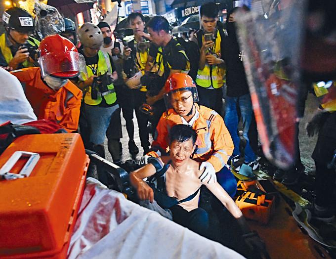 案發當日一名途人被示威者毆傷。