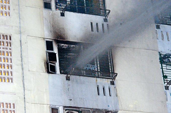 消防員向火警單位射水灌救。