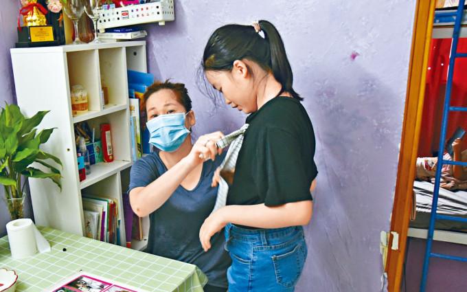 單親媽媽黃女士與兩幼女住在「疫廈」一間劏房。