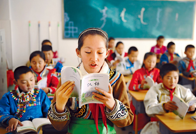內蒙古八月宣布調整教學語言政策,引發爭議。