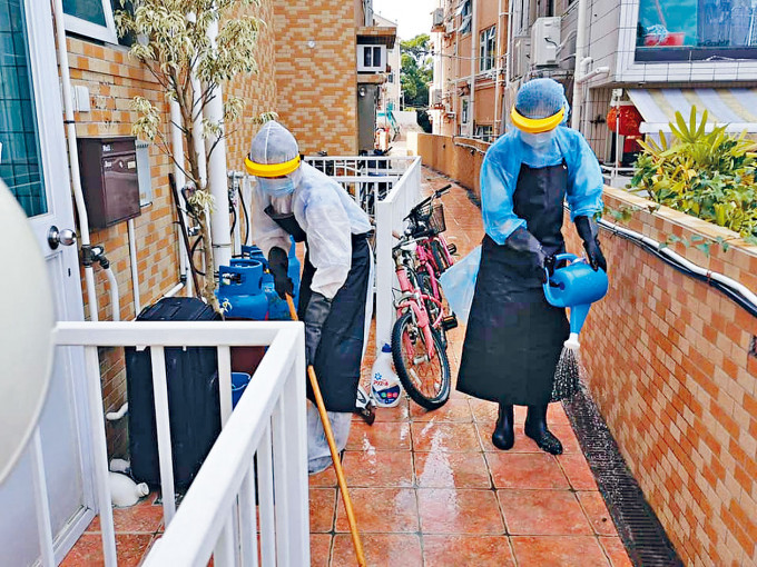 當局派員在南丫島大灣南清潔消毒。