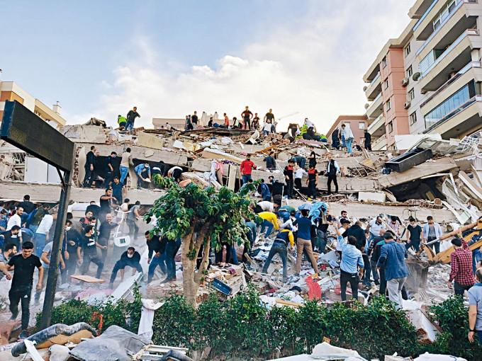 伊茲密爾建築物倒塌。