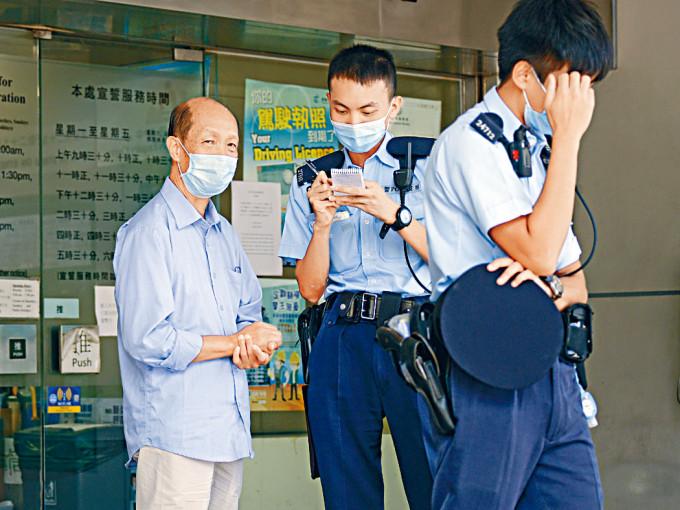 被告張國英(左)離開法院時不滿記者採訪報警。