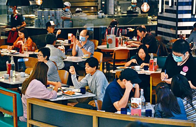 政府本周五起放寬食肆限桌令致六人一枱,但四人限聚令則維持。