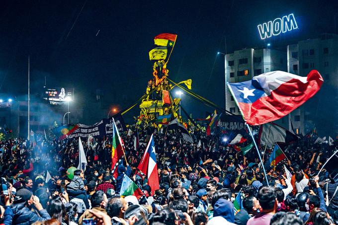 數以萬計智利民眾周日晚湧到首都聖地亞哥街頭,慶祝公投結果。
