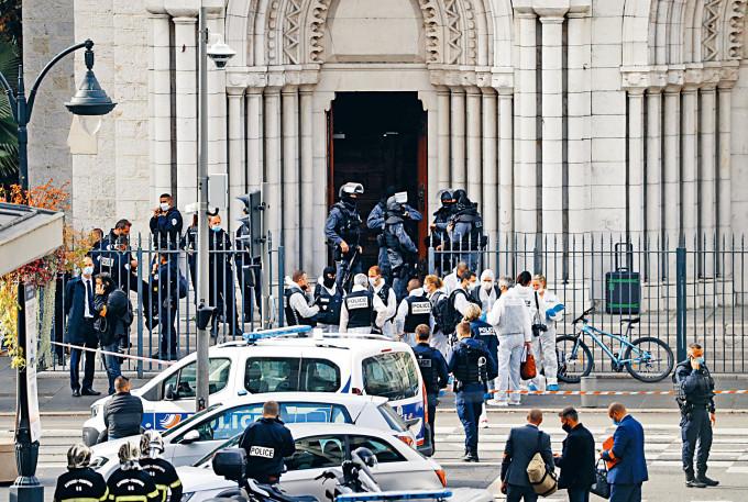 警察封鎖事發的聖母大教堂。