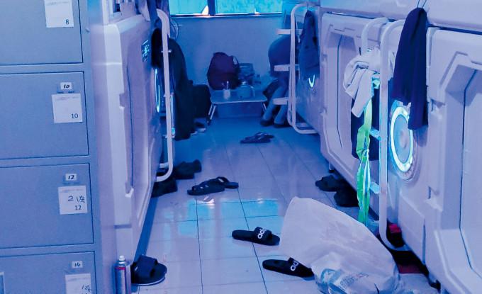 三百呎單位設十個「太空艙」,地上滿布「太空人」拖鞋。李殷攝