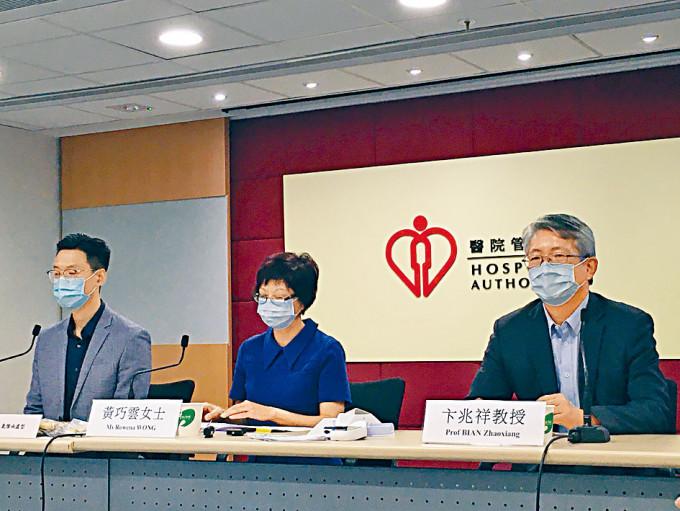 醫管局中醫部主管黃巧雲(中)指,會繼續探討中藥臨成效。