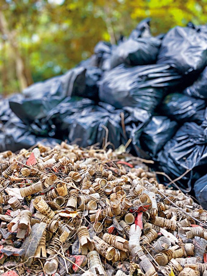 槍會近日陸續清理部分膠塞,大量鉛粒及飛靶碎片則未被清理。