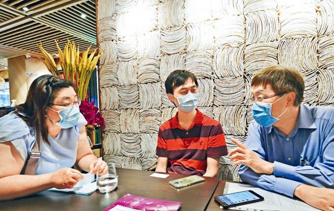 黃碧蓮(左)約見社協幹事彭鴻昌(中)和醫委會委員、事務律師劉嘉華(右),憶述事件經過。