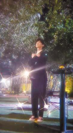 ■白敬亭在公園扮演 奧斯卡小金人自娛自 樂。 網上圖片
