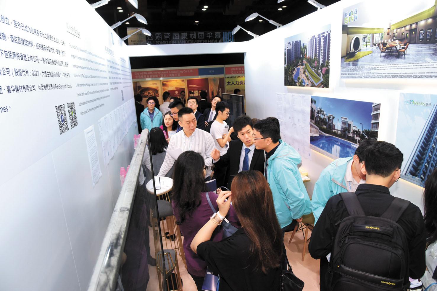 香港將與深圳商議推出政策,吸引在美華人回流。圖為香港舉辦的「創新香港國際人才嘉年華」活動,大批年輕求職者遞交求職資料。中通社資料圖片