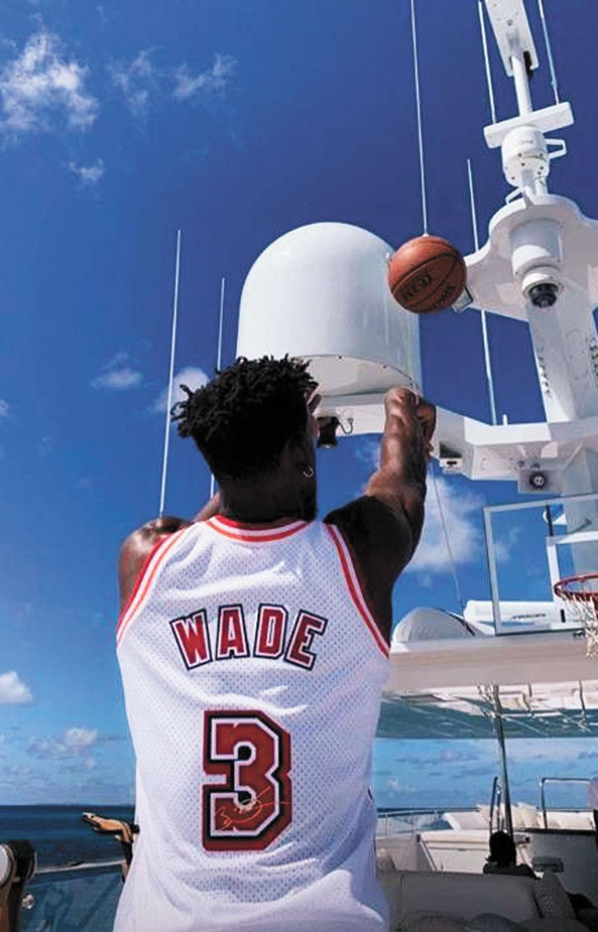 巴特勒穿韋德球衣在遊艇上練習投籃。網上圖片