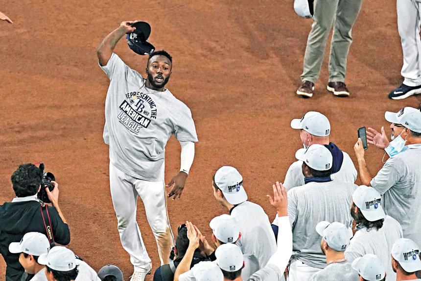 阿羅薩雷納揮動棒球帽慶祝自己獲得當場的MVP。美聯社