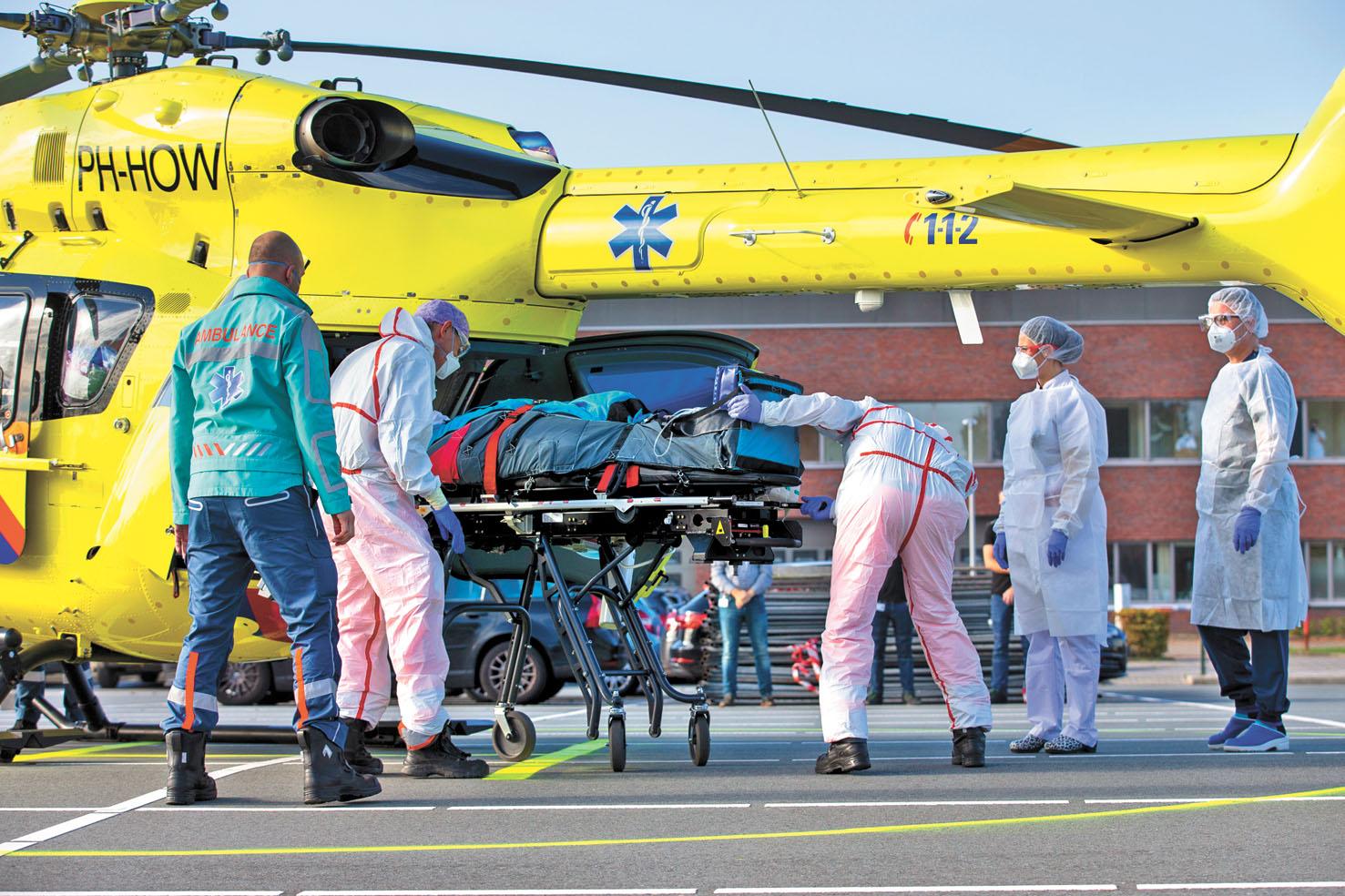 世界衛生組織23日表示,北半球多國確診病例猛增,情況危急,圖為一名確診的荷蘭危重病人被空運到德國。美聯社