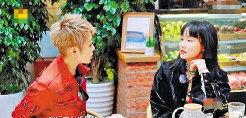 寧靜(左)和黃玲一同參加某節目。網上圖片