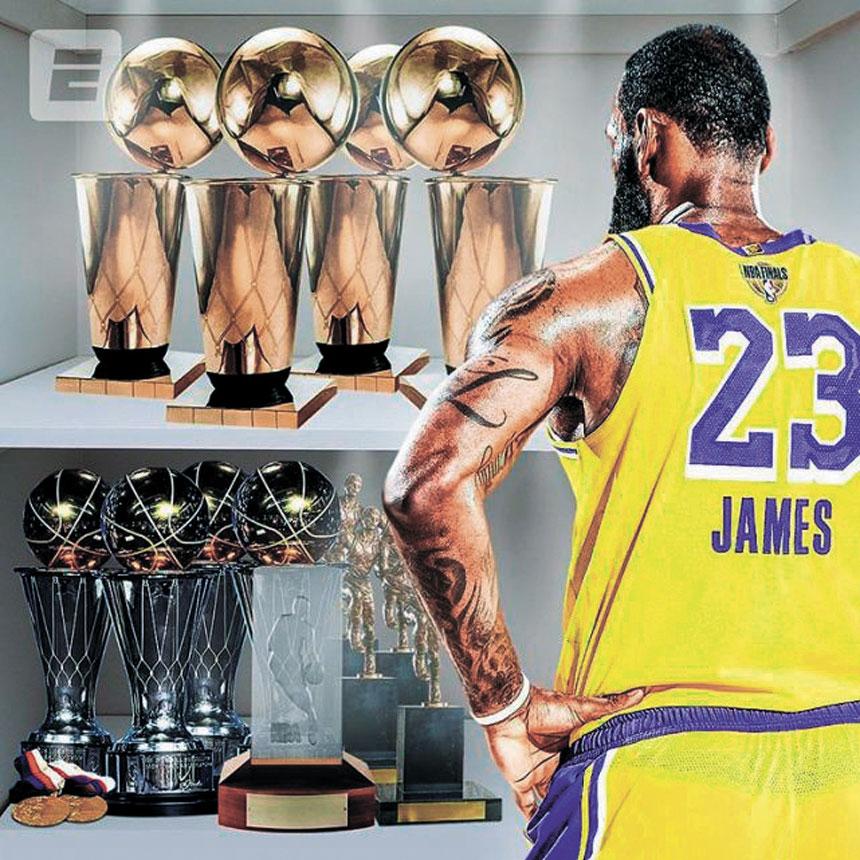 詹姆斯曬出的ESPN合成的一張湖人時期的自己看著榮譽櫃的圖片。網上圖片