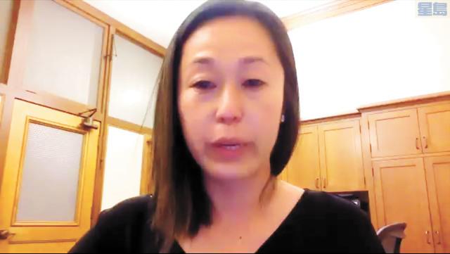 華裔教委林謙悅,林謙悅讀出一份來自學生組織的信,其中提及學生面臨的壓力、仇恨、歧視行為,她忍不住掉下眼淚。記者張曼琳截屏