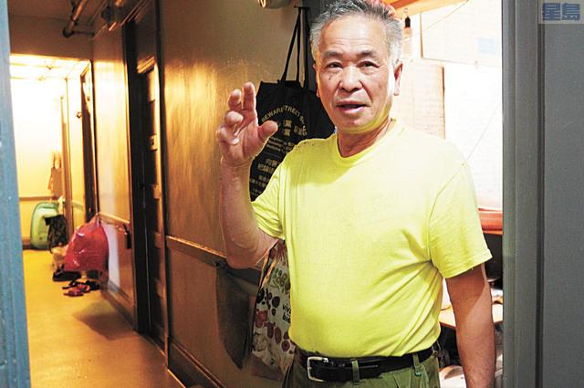 華埠企李街散房客趙先生表示有人自稱社工,上門代填及代寄選票。   記者黃偉江攝