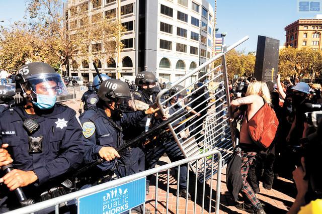 三藩市警方在兩邊陣營之間用鐵馬設下警戒線,並努力抵擋,不讓反法西斯陣營示威者重到另一方。美聯社