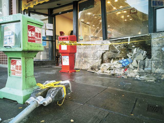 燒臘店門面被撞毀。讀者李敏雄提供