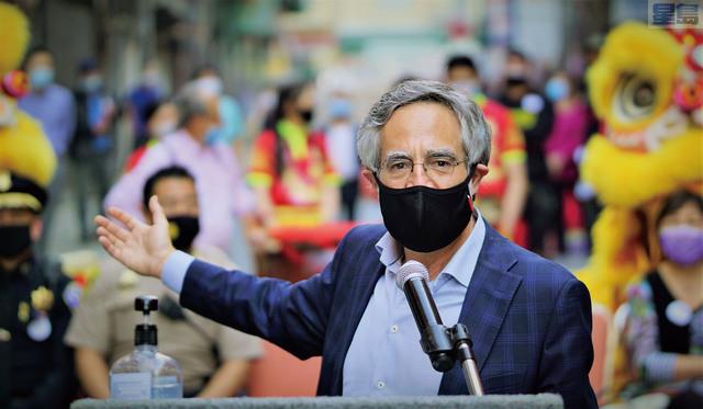 市參事佩斯金欣喜的揮手表示:「華埠回來了!經歷疫情考驗的華埠必將更強大!」記者黃偉江攝
