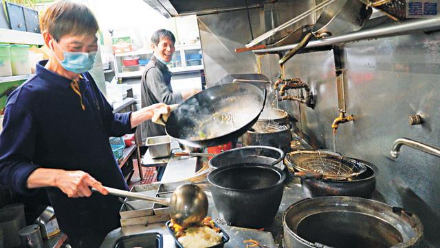 華埠經濟重啟,悅利甄老闆堅持招牌菜救市。記者黃偉江攝