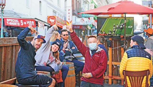 華埠的戶外酒吧配上電視,受到遊客歡迎。記者黃偉江攝