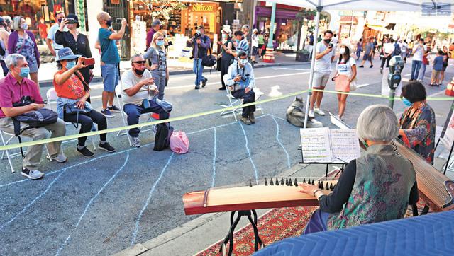 華埠音樂節上的古箏伴你在步行街上悠然踏步。記者黃偉江攝