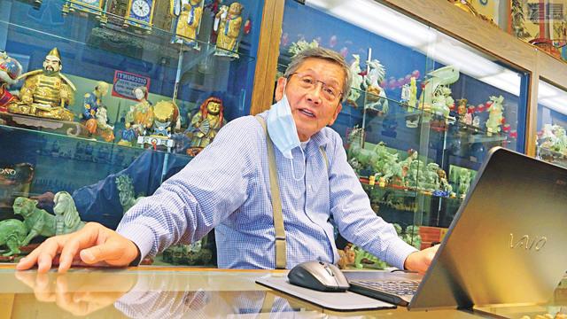 中華總商會會長區國雄表示,中華總商會實施的一系列援助小商業計劃,很受歡迎。  記者黃偉江攝