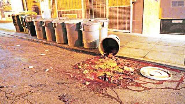 都板街上雞鴨店門前裝滿家禽屍體、糞便的垃圾桶傾倒,血水橫流,惡臭滿天。記者黃偉江攝
