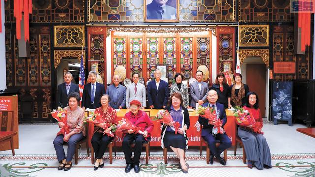 (前排左起)譚倩卿、雷葉瓊娟、劉江雯香、朱陸儀輝、琚以中、解冰 。記者黃偉江攝