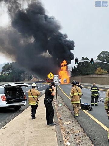 遠遠可見油車著火。列治文警察局