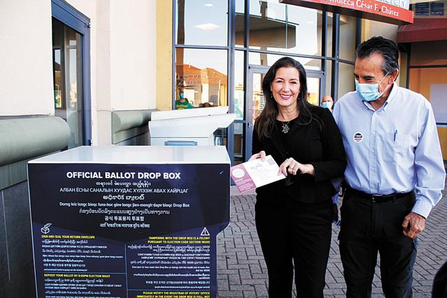 屋崙市長薛麗比在屋崙市議員加洛的注視下,把選票放入選票郵遞箱。記者張曼琳攝