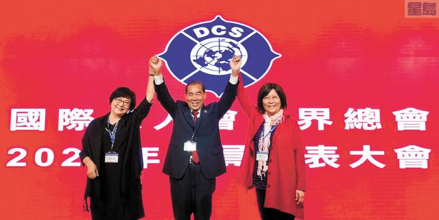 國際傑人會世界總會長傅忠雄(中)宣布張琇雅(左)當選2021年世界總會長、吳毓苹(右)當選2021年世界第一副總會長。吳毓苹提供