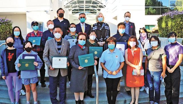 朱感生(後排左二)與僑界贈 PPE 給聖縣縣警,由警長史密斯(後排右二)代表接受。記者王慶偉攝