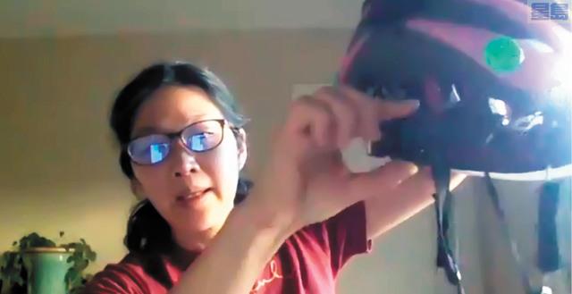 單車聯盟Donna Chang介紹頭盔的正確佩戴方法。記者黃偉江截屏