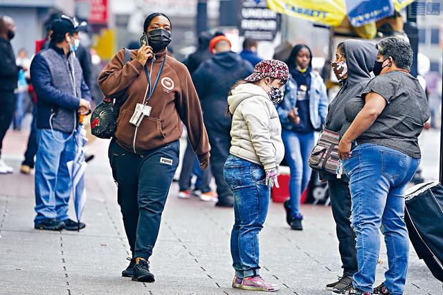 ■新冠病毒確診個案連續兩天突破8萬宗,過去7天日平均數字更達到疫情以來最高值。圖為新澤西州紐瓦克市的行人多數都戴口罩上街。美聯社