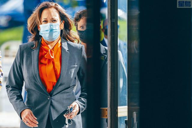 民主黨副總統候選人賀錦麗的媒體總監和所搭乘飛機的工作人員證實染疫,賀錦麗將暫停外出拉票, 不過她本人的兩次檢測迄今都呈陰性。 美聯社