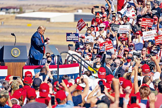 ■總統特朗普在亞州造勢大會上,繼續窮追猛打民主黨總統候選人拜登的電郵事件,他批評,拜登家族是貪腐的罪犯,早應該被逮捕關押。    法新社