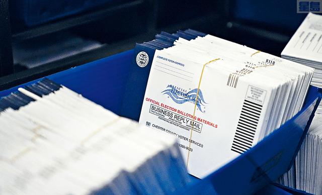 ■圖為賓州西切斯特縣的選民服務辦公室,正對2020年大選的郵寄選票,進行分類。美聯社