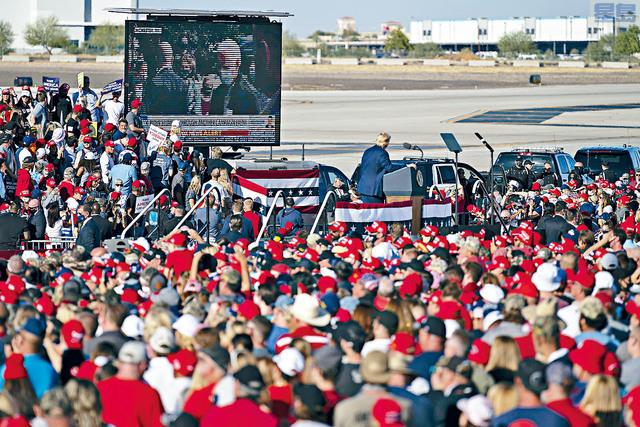 總統特朗普在亞利桑那州的鳳凰城固特異機場舉行競選集會,集會並播放抨擊民主黨總統候選人拜登的視頻。美聯社