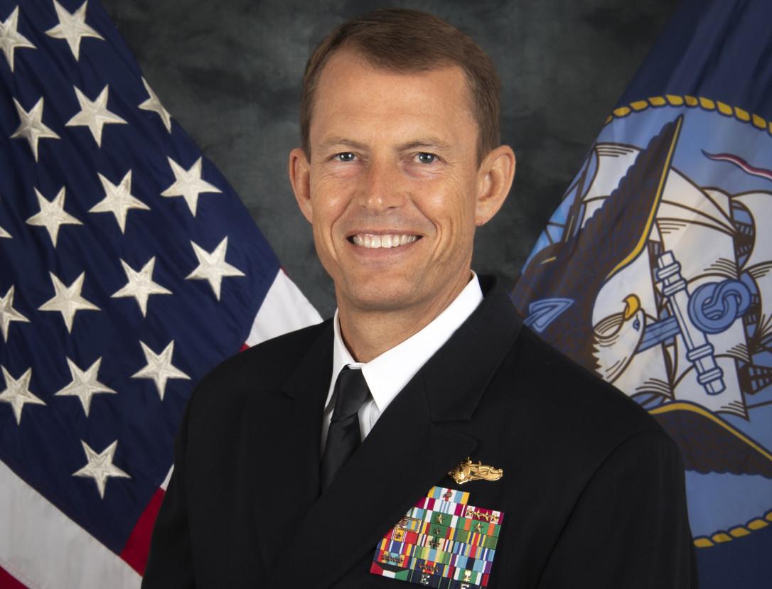 史達曼少將能說中文,曾在多艘航空母艦上擔任情報主管。