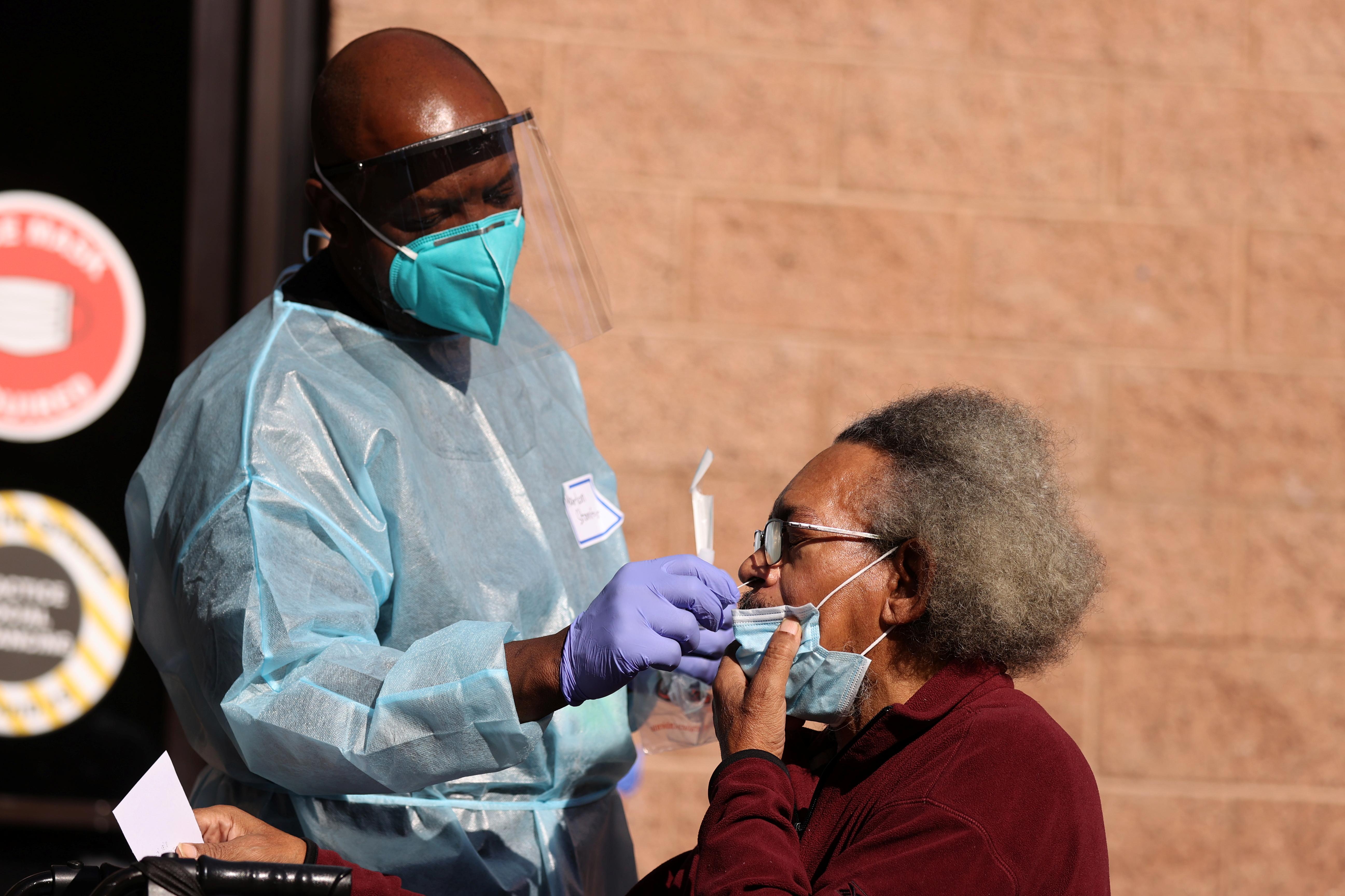 加州洛杉磯縣的衛生部門官員指,如果情況持續,未來2至4星期醫院病床將出現短缺。圖為一名護士在洛杉磯的無家可歸者收容所為入住民眾進行測試。    路透社