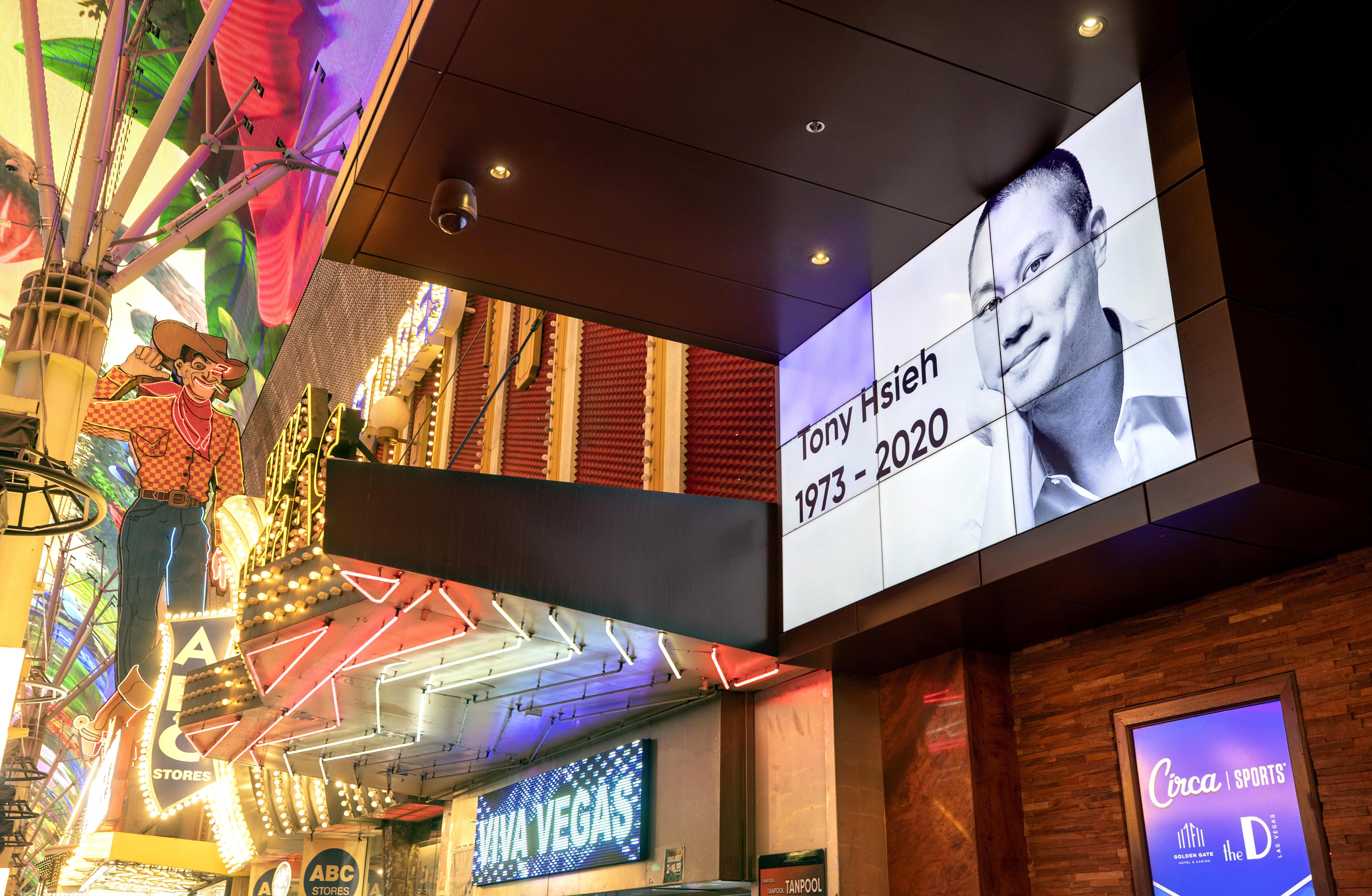 華裔鞋王謝家華火警受傷送院搶救9天後,終告不治。圖為在拉斯維加斯市中心的金門賭場酒店屏幕,播放其生平回顧。    美聯社
