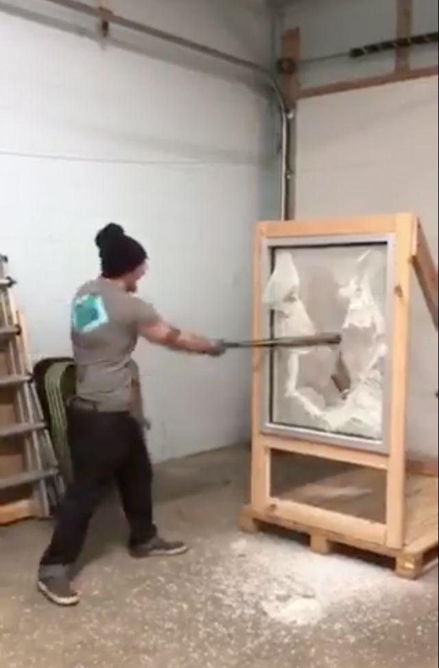 ■警方錄製視頻證實安全膜的堅韌性,即使嫌犯把 玻璃砸裂,也難以破窗而入。 視頻截圖