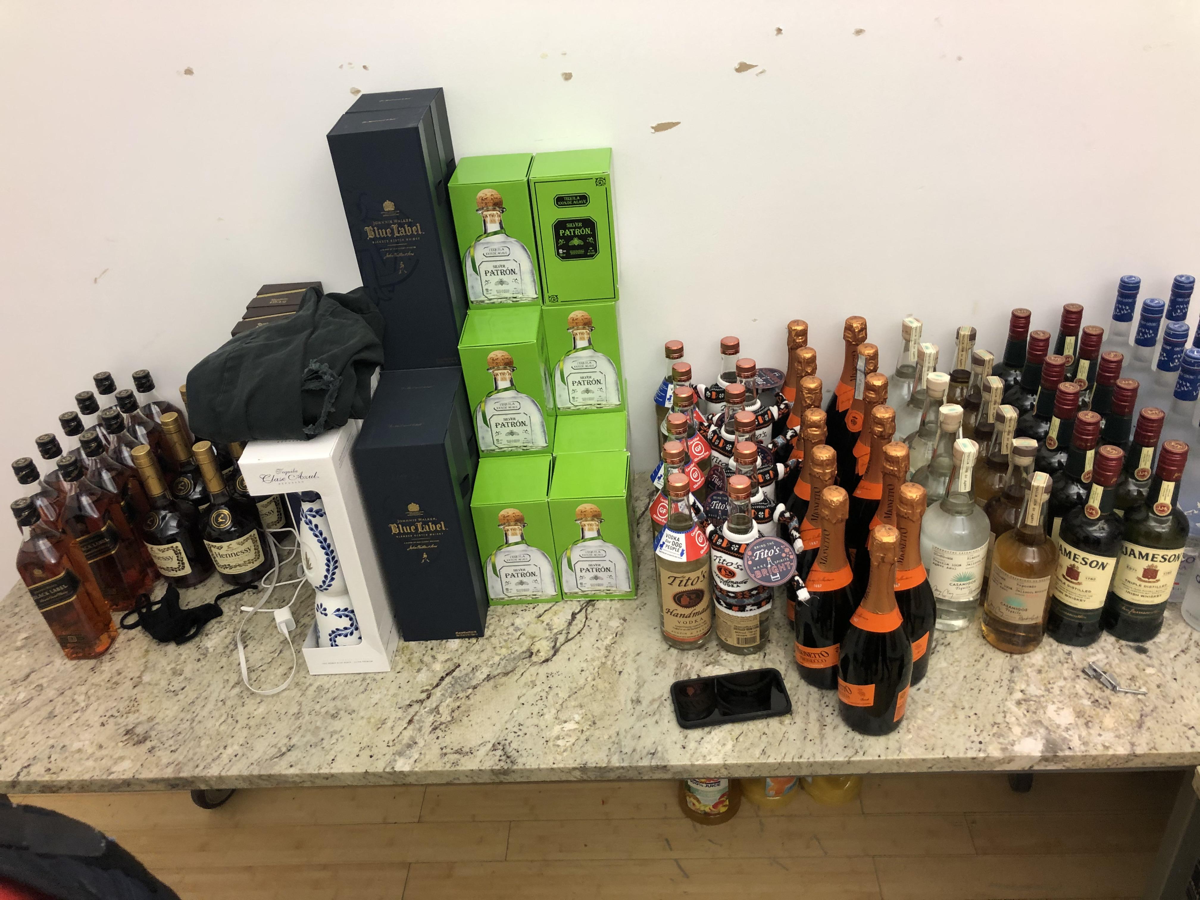 當局在曼哈頓中城一個派對現場繳獲大量酒精飲品。  紐約市警長辦公室圖片